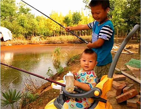 钓鱼从娃娃抓起 蚯蚓饵料钓黄颡鱼
